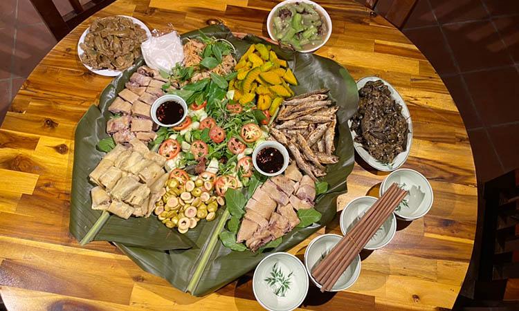 Bữa ăn được phục vụ tại nhà hàng địa phương hoặc ngay tại homestay