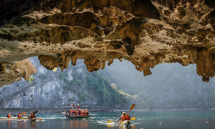 Kayak - Thuyền chèo tay tại Hang Luồn Hạ Long