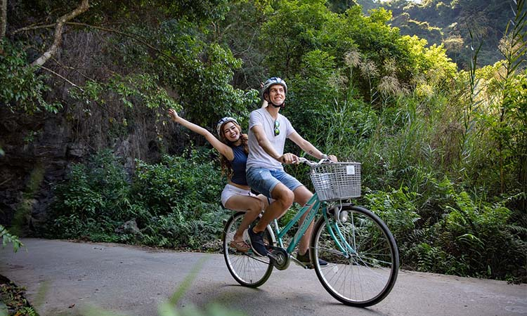 Đạp xe tại làng Việt Hải