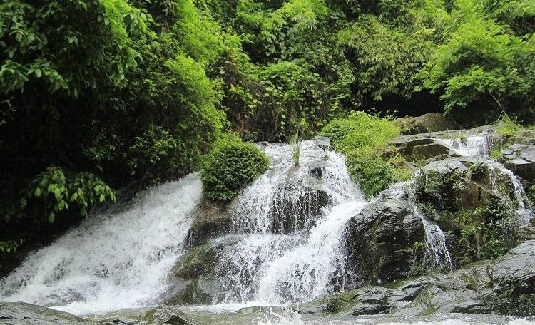 Thác nước tự nhiên trong khu du lịch Khoang Xanh - Suổi Tiên