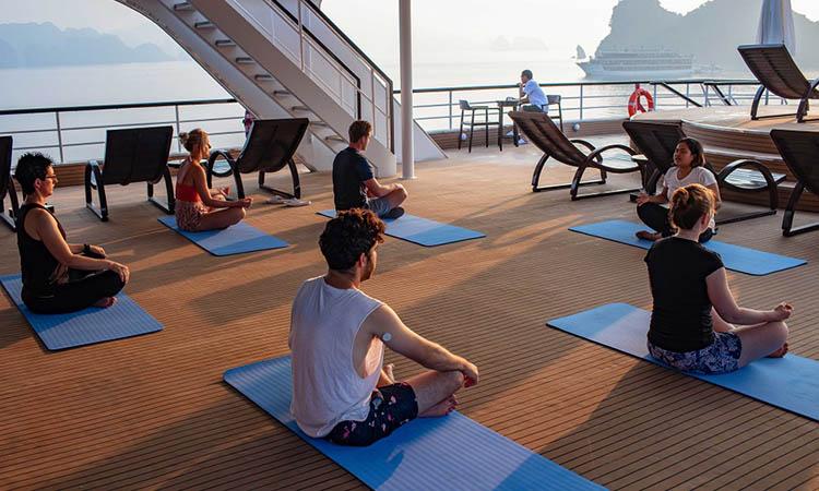 Tập Yoga chào bình minh trên boong tàu
