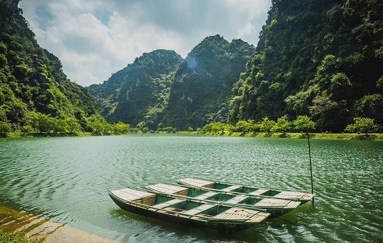 Bến thuyền ở Hồ Tuyệt Tình Cốc Ninh Bình