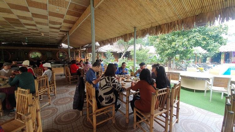 Ăn trưa tại Tràng An Bungalow