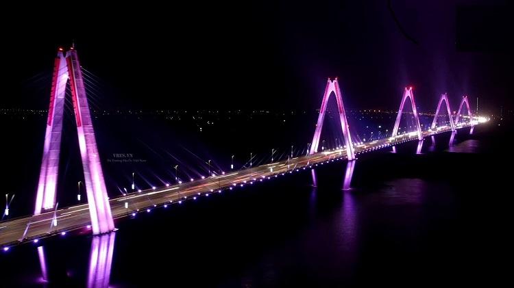 Cầu Nhật Tân bắc qua Sông Hồng