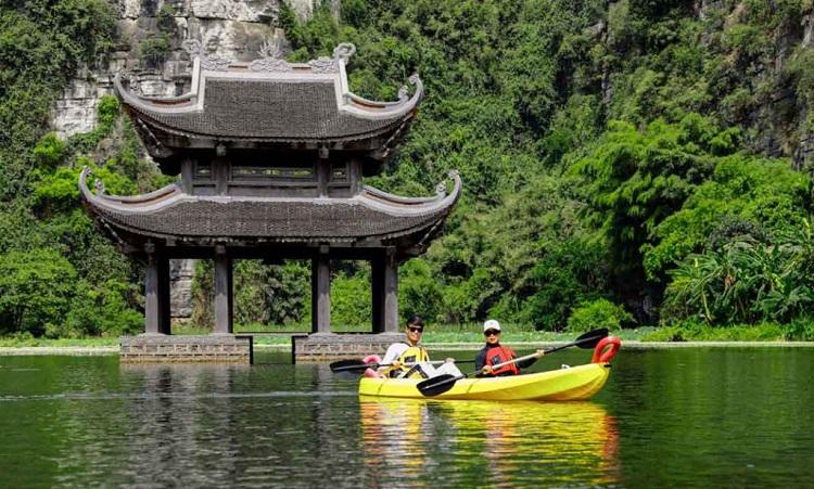 Chèo kayak tại khu du lịch Tràng An là trải nghiệm thú vị cho du khách