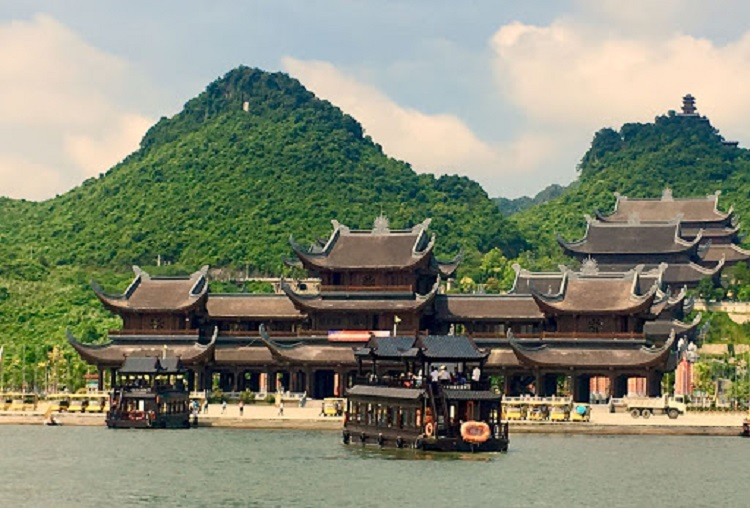 Du thuyền tại Hồ Tam Chúc