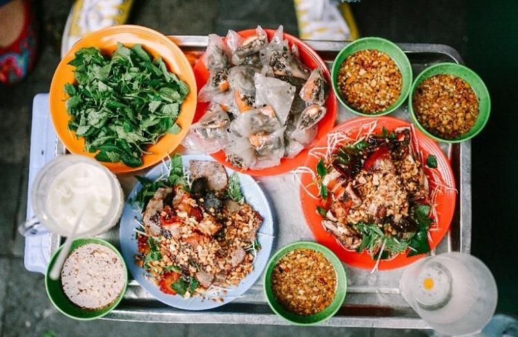 Ăn quà vặt ở phố đi bộ Hà Nội