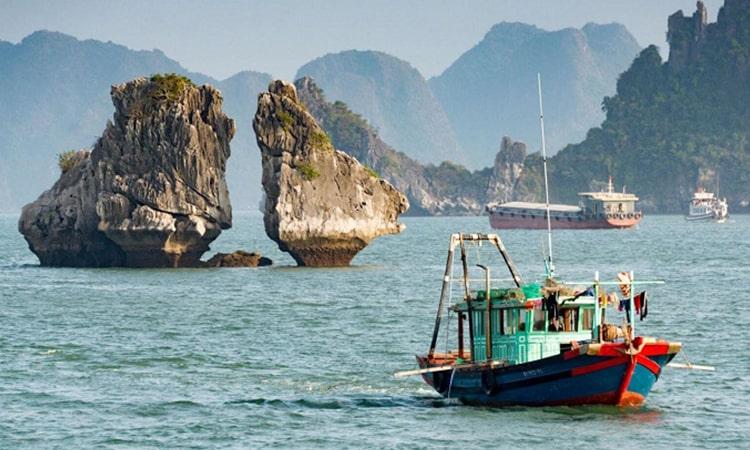 Hòn Gà Chọi trong hành trình tour thăm vịnh Hạ Long