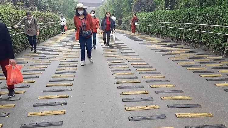 Đường nhựa lên chùa Tam Chúc