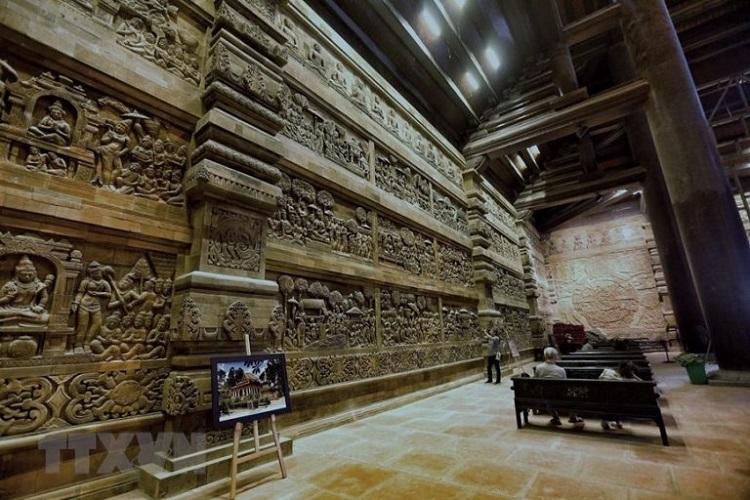 Tranh đá tại chùa Tam Chúc